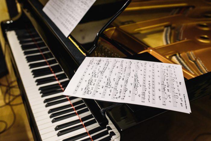 Klaviernoten mit Flügel