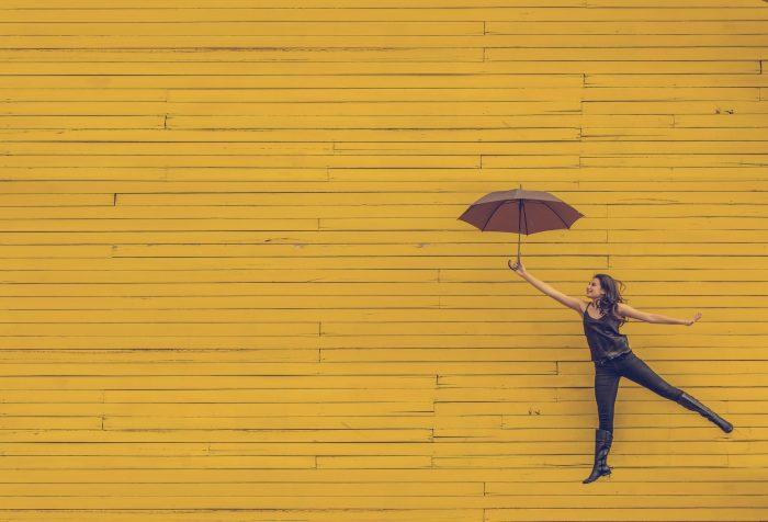 Musik für Werbung - Frau mit Regenschirm